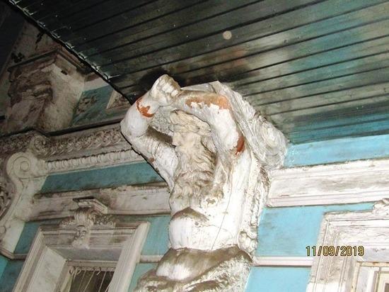 Одно из красивейших зданий Ярославля подверглось варварскому ремонту