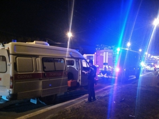 Иномарка жестко влетела в столб на Тульском шоссе в Калуге