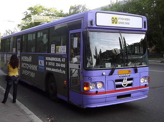В центре Воронежа автобус №90 сбил на остановке 16-летнюю девушку