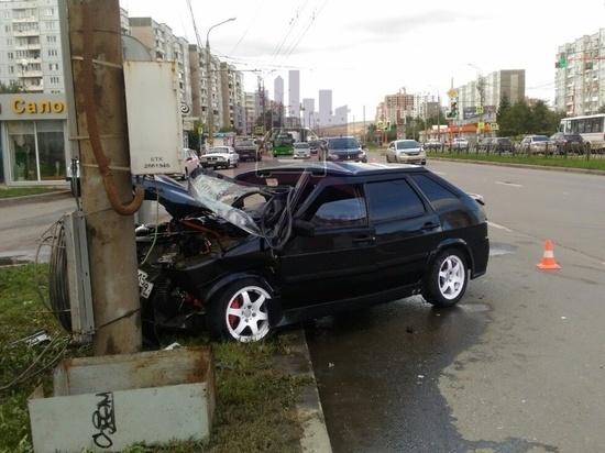 В Советском районе водитель не соблюдал рядность и врезался в столб