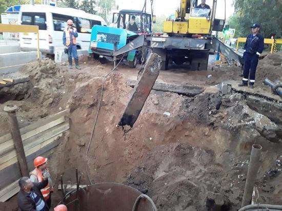 В Твери рабочие достали из свода коллектора, ремонт которого идет на проспекте Победы, кусок отломившейся бетонный опоры