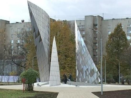 У памятника Комсомолу в Ярославле вырвали подсветку