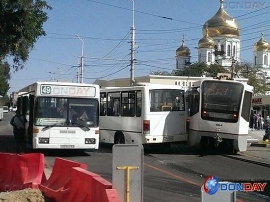 Возле центрального рынка в Ростове произошло тройное ДТП с автобусами и трамваем