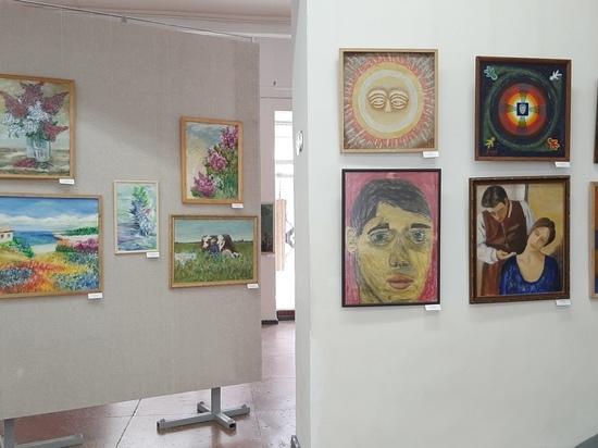 Выставка художника, которы рисует левой ногой, открылась в Туле