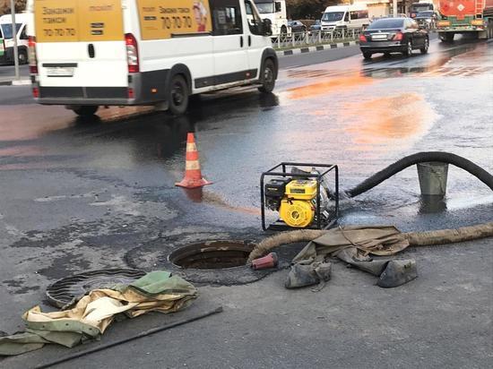 Вода из коллектора заливает улицу Ложевую в Туле