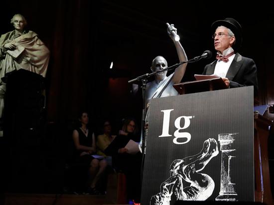 Шнобелевские премии вручили за намагниченных тараканов и кубические фекалии