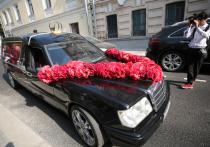 Ксения Собчак и Константин Богомолов приехали в Грибоедовский ЗАГС Москвы на катафалке