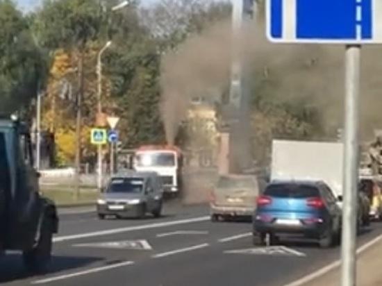 Не очищает, а загрязняет: ярославские водители засняли, как работает столичная машина-пылесос