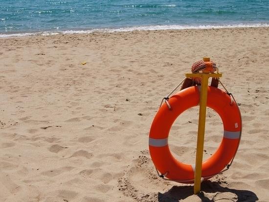 В Феодосии мужчина, который купался в шторм, был спасен