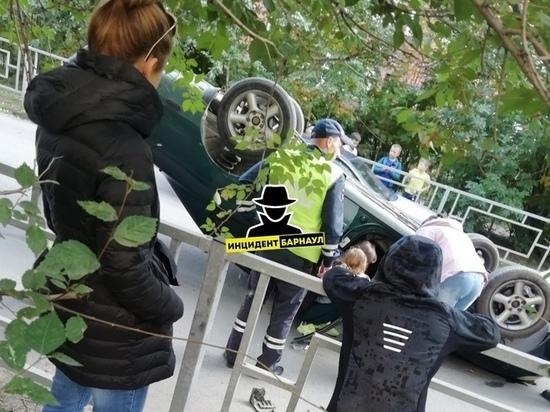 Автоледи опрокинула автомобиль с ребенком в Барнауле