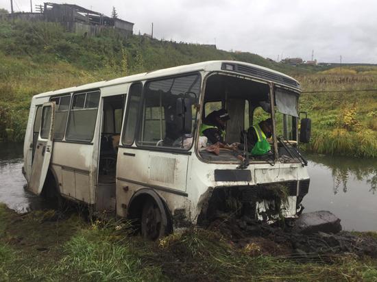 В Красноярском крае автобус съехал в кювет – пострадали 11 человек