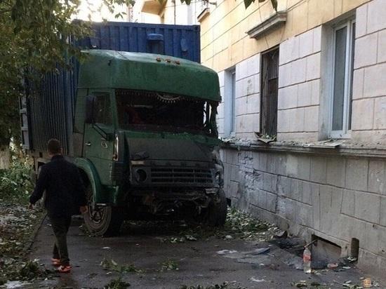 КАМАЗ врезался в дом на Московском шоссе