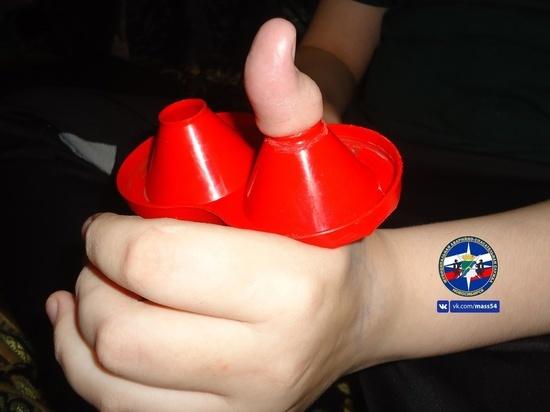 Новосибирские спасатели помогли подростку с застрявшим пальцем