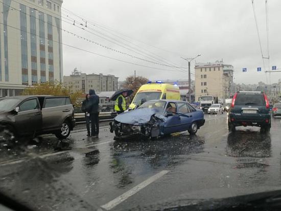 На Калининском мосту в Чебоксарах столкнулись две иномарки, есть пострадавший