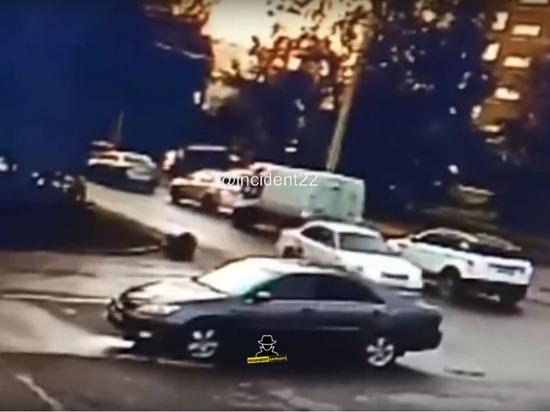 Видео: ещё одного ребенка в Барнауле сбила машина