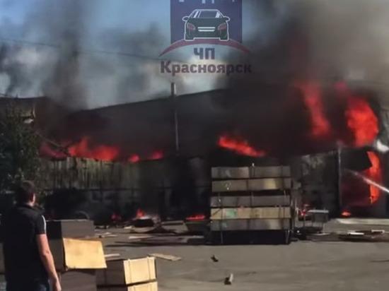 На Северном шоссе горит 400 кв метров склада фанеры