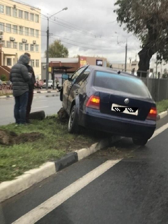 На Московском проспекте в Ярославле «Фольксваген» снес металлический забор