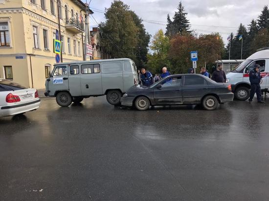 На улице Володарского в Кимрах Киа сзади въехала в УАЗ | Видео