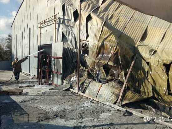 В Новороссийске загорелся склад с утеплителями
