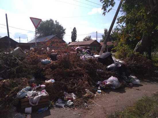 На одной из улиц Бузулука три месяца лежит мусор