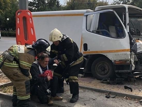 Стало плохо за рулем: в Ростове водитель грузовика врезался в ограждение