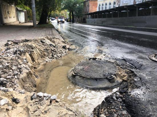 Дорожники в Калуге засорили канализационный люк асфальтом