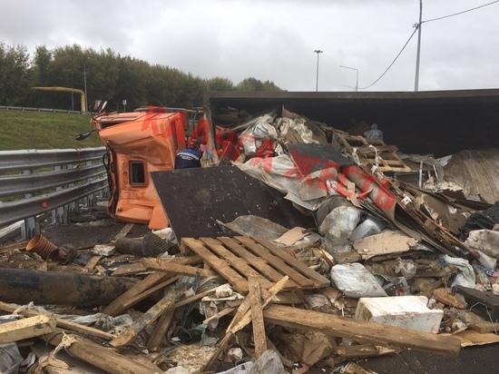 Перевернувшийся с мусором Камаз перекрыл движение в Калуге