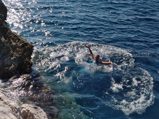 Надежда Савченко насмешила Сеть купанием в длинном платье