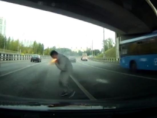 Водителя подожгли ракетницей во время дорожного конфликта в Москве