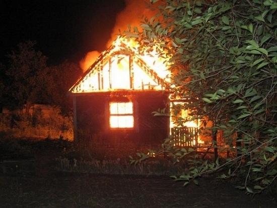 Четырнадцать человек больше двух часов тушили пожар в дачном доме под Северодвинском