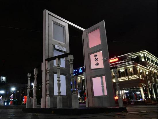 Третий арт-объект в виде двери появился ночью в Екатеринбурге
