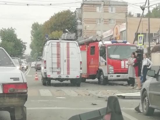 В Ростове водитель «скорой» врезался в иномарку и влетел в столб: есть жертвы