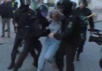 Жалобу избитой на митинге в Москве девушки передали из СК в Росгвардию