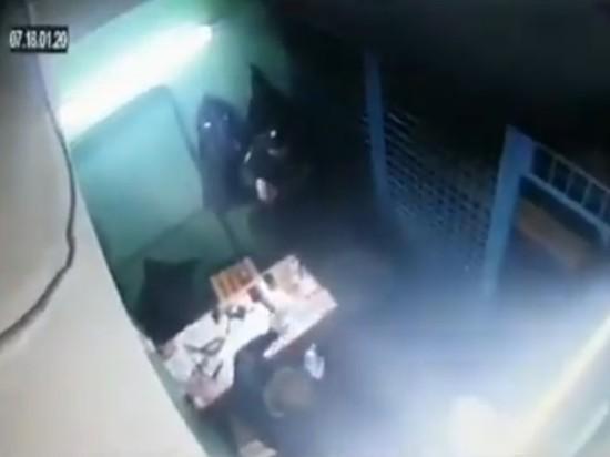 СМИ опубликовали видео убийства полицейского коллегой у метро