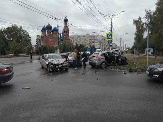 Lada XRAY и Lada Granta столкнулись в Чебоксарах, пострадали четверо