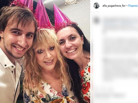 Ради дня рождения детей Пугачева надела праздничный колпак