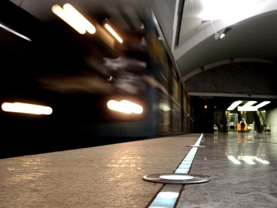 Эксперт объяснил, почему поезд метро ехал с открытыми дверями