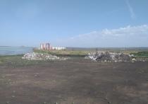 Сразу за забором из профлиста на расчищенной, вероятно, для строительных работ площадке появились две большие кучи строительного мусора