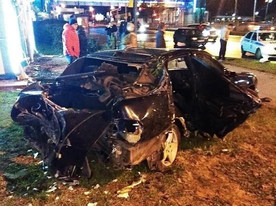 «Мерседес» в хлам: В Ярославле автомобиль влетел в цветочный ларек