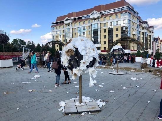 Празднующие День города ставропольцы объели и разрушили арт-объекты