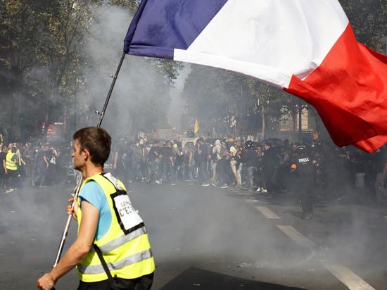 «Желтые жилеты» в Париже едва не сорвали спектакль Театра Вахтангова