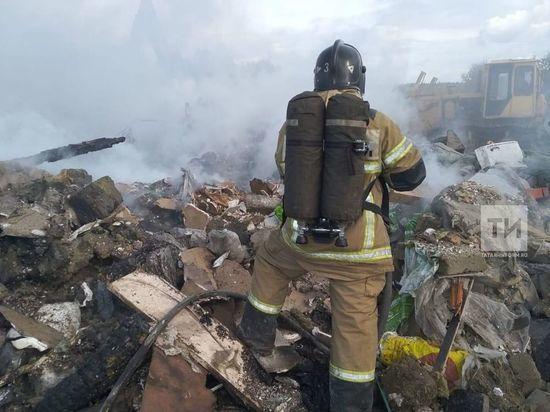 В Казани горел овраг со строительным мусором