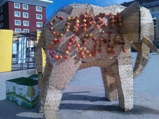 В Ставрополе восстановили объеденного на День города слона в яблоках
