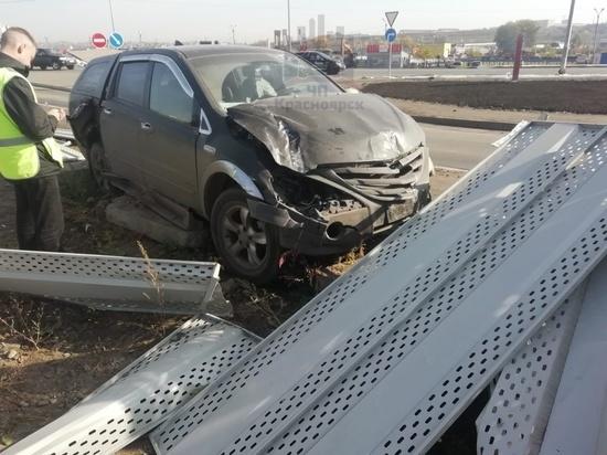 «Чуть-чуть не считается»: на Маерчака водитель снес забор