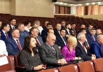 Тульские депутаты получают удостоверения из рук Павла Веселова