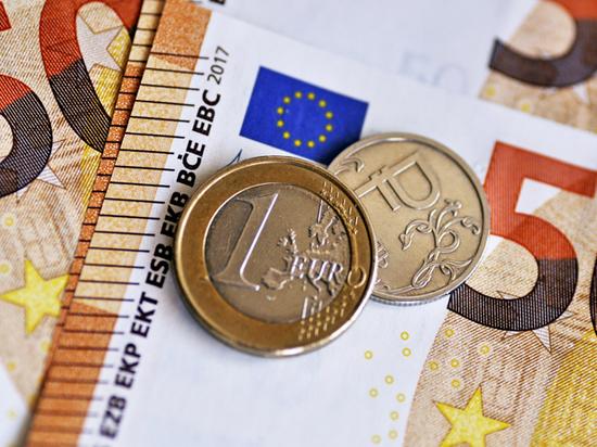 Курс евро обрушился: эксперт оценил выгоды для россиян