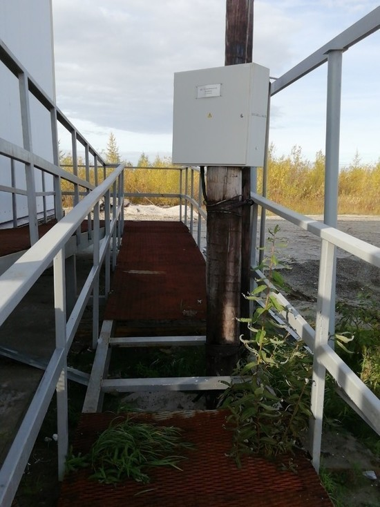 Единороссы взяли на контроль ситуацию с опорой ЛЭП посреди пандуса у поликлиники в ЯНАО