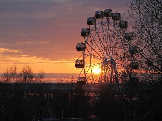 В Новосибирске из-за ветра закрыли колесо обозрения