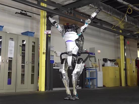 Человекоподобного робота, делающего сальто, обучили новым трюкам