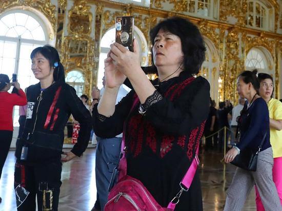 Засилье китайских туристов в Царском селе объяснилось «священным янтарем»